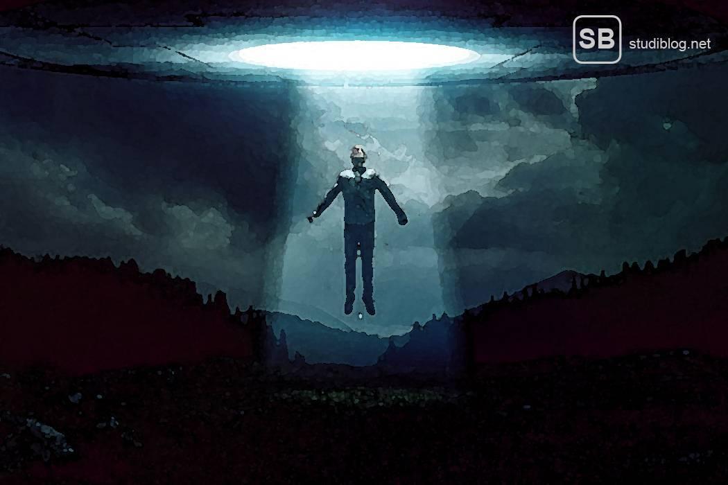 Mensch der von einem Ufo mit einem Lichtstrahl hochgebeamt wird