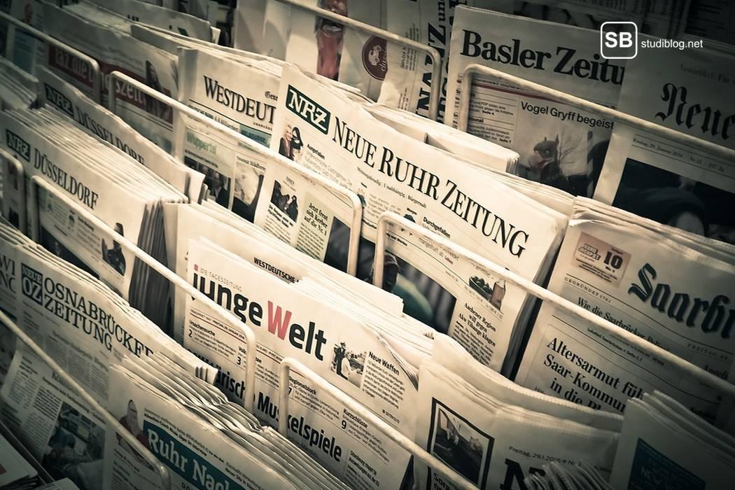 StudiBlog in der nationalen Presse - Auswahl an Tageszeitungen an einem Verkaufsstand