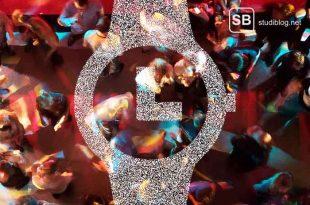 Die Ankunftszeit auf einer Party hat eine entsprechende Bedeutung, dargestellt durch ein Bild einer Party von oben, überlagert von einer schematischen Darstellung einer Uhr