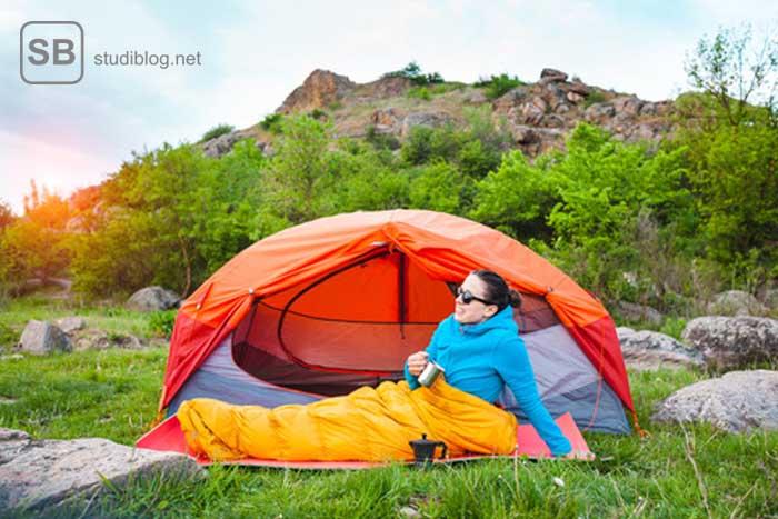 Svenja sitzt vor Ihrem Campingzelt in Schweden - Backpacking Life!