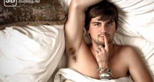 Mr. Perfect liegt selbstzufrieden im Bett / Bettzeit