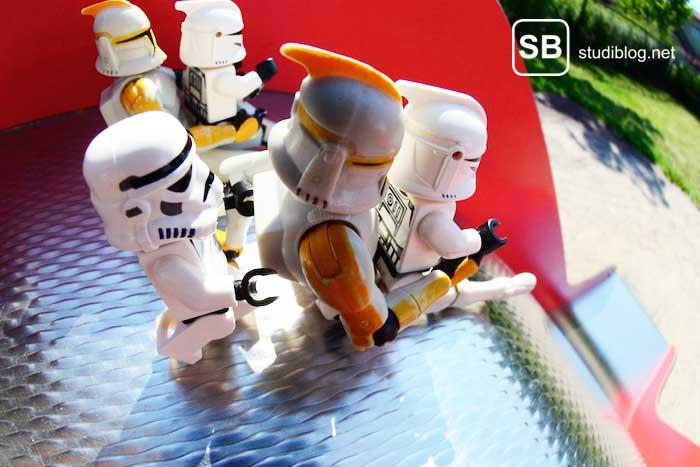 Lego-Starwars-Männchen auf einer Rutsche zum Thema 23 Dinge an denen du merkst dass du erwachsen wirst