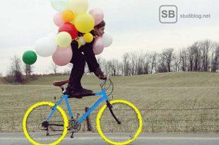 Jemand fährt mit Luftballons Fahrrad
