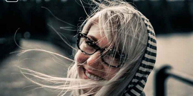 Junges Mädchen auf einem Steg mit wehenden Haaren zum Thema Bin ich noch jung - ein Selbsttest