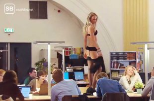 Studentin strippt in der Uni Bib und tanzt auf den Tischen - Strippen in der Unibib
