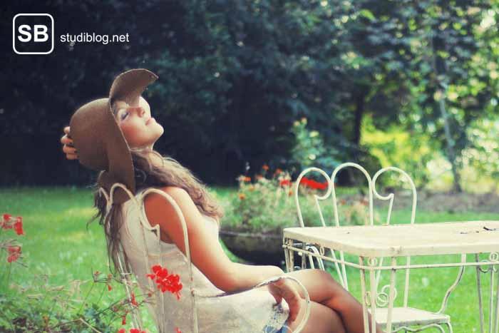 Studenten mit Sonnenhut sitzt im Garten zum Thema Studieren mit richtiger Work Life Balance - so geht´s
