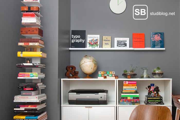 Zimmer mit Bücherstapel zum Thema Tipps wie du bei Bücher Geld sparen kannst