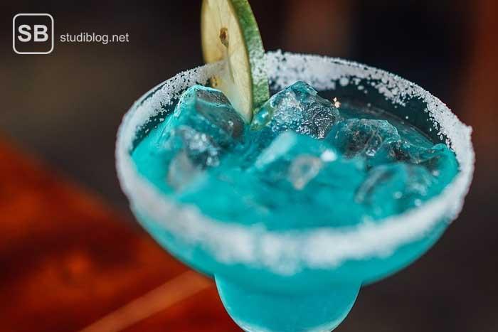 Blauer Cocktail zum Thema Cocktailliste für deine nächste Studentenparty