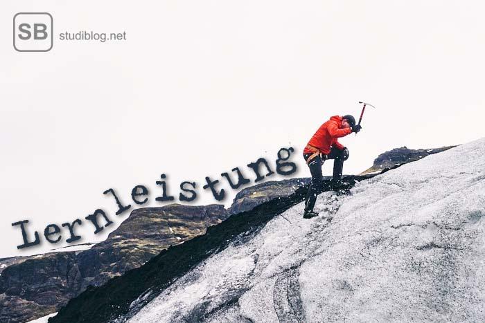 Bergsteiger mit Eispickel zum Thema Lernleistung steigern