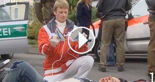 Notarzt kniet am Boden vor einem Unfallopfer zum Thema was man als Notarzt nicht sagen oder tun sollte