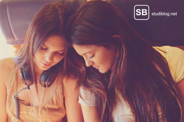Freundinnen im Flugzeug für Tricks beim Reisen