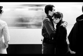 Ein sich umarmendes Pärchen auf der Suche nach dem gemeinsamen Glück