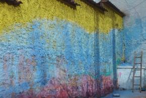 Depression in Sachen Orientierung dargestellt mit der unvollendet gestrichenen Wand in den Farben gelb, blau und rot