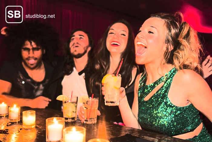 Studenten an der Bar beim Partymachen zum Thema warum ein Vollrausch an der Uni dazu gehört