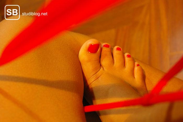 Damenfuss mit rot lackierten Nägeln zum Thema Tasty, Mini-Domina für den Schnösel