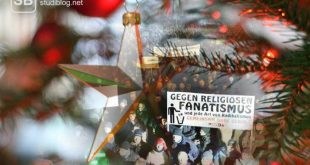 Zweig eines Weihnachtsbaumes an Heiligabend mit dem Aufruf gegen religiösen Fanatismus