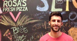 Ein Mann in seiner Pizzeria