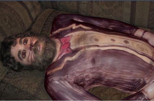 Ein lebendes Kunstwerk, gefertigt aus einem Betrunkenen auf einer Couch, bemalt mit Edding