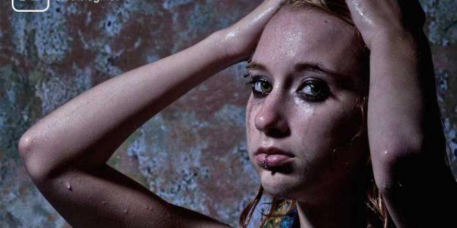 Regennasses Mädchen mit verschmiertem Liedschatten zum Thema Studieren mit Bulimie und Despression