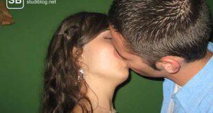 Ein sich küssendes Pärchen an der Uni zum Thema Flirtapp, flirten am Smartphone kotzt mich an!