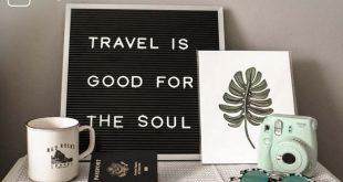 """10 Gründe für ein Auslandssemester - Schild, auf dem steht: """"Travel is good for the soul"""" - Davor sind eine Tasse, ein Reispass und eine Polarid-Kamera auf einem Tisch."""