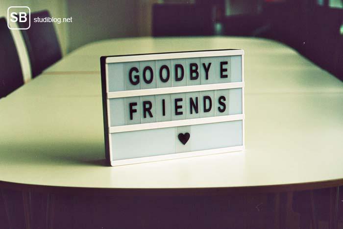 """Abschied nehmen - kleine Reklametafel steht auf dem Tisch mit den Worten """"Goodbye friends""""."""