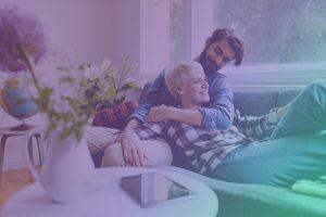 Paar auf der Couch unterhält sich über die Enpure App - ein neuer Stromtarif.
