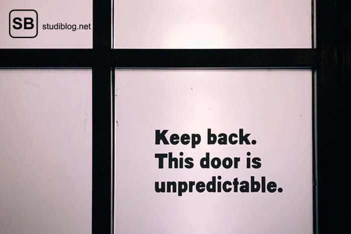 Anekdoten , Begebenheiten und Sprüche aus dem Studium - auf dem Glas einer Tür steht 'Keep back. This door is unpredictable'.