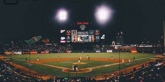 Baseballfeld mit aktivem Spiel in der Nacht - Sportwetten.
