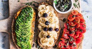 Vegan essen im Studium - getoastete Brote mir Avocado, Tomate und Banane zum Frühstück an der Uni.