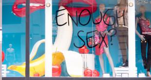 "Datingtipps: Schaufenster mit Schriftzug ""Enough Sex?"""