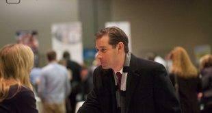 Mann schüttelt einer Frau auf einer Recruitingmesse die Hand - Artikelbild zum Thema Bewerbungsgespräch oder Selbstsicherheit