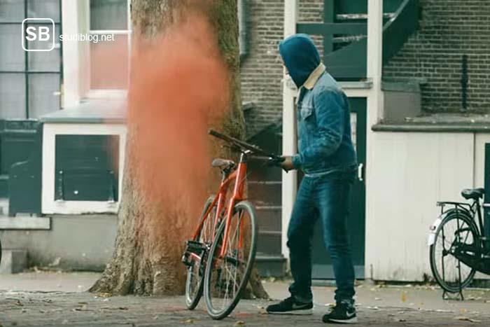 Fahrrad gestohlen - Dieb an einem Rad