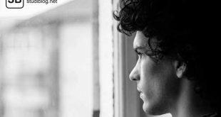 Mann, der aus dem Fenster schaut und über seine Kinder nachdenkt