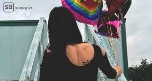 Bild der perfekten Partnerin mit Ballons in der Hand