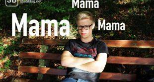 Student sitzt frustriert auf einer Bank - wenn die Mama überall dabei sein will