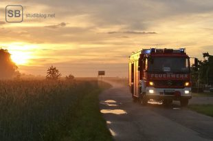 Feuerwehrauto im Sonnenuntergang zum Thema Ehrenamt während des Studiums