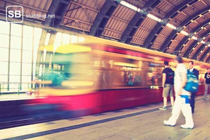 Bahnsteig und einfahrender Zug zum Thema echter Pendler werden - das Leid mit der Deutschen Bahn