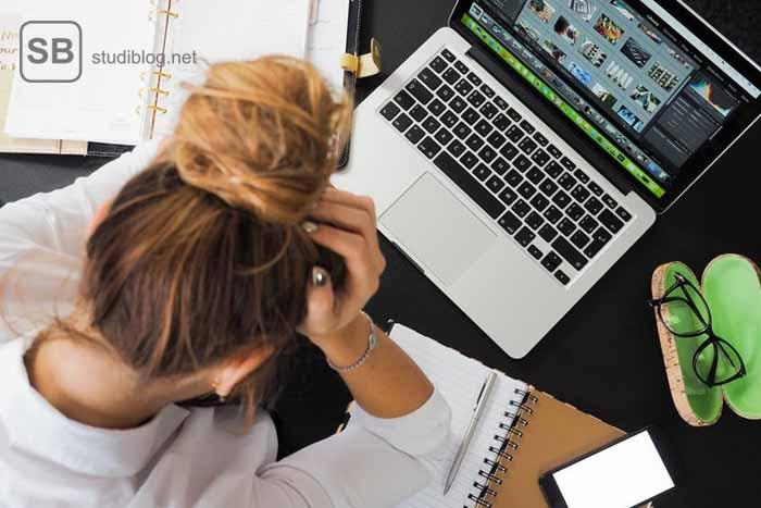 """Beitragsbild zum Thema """" Problem im Studium"""" zeigt eine überforderte Studentin"""
