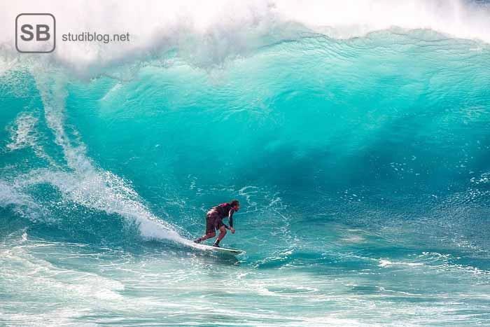 Surfer auf einer hohen Welle zum Thema Surfer werden - Erfolg im Studium durch Ziel und Vision