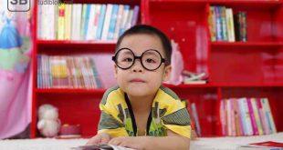 """Kleiner Junge mit Brille als Beitragsbild zum Thema """"Anzeichen, dass du erwachsener wirst"""""""