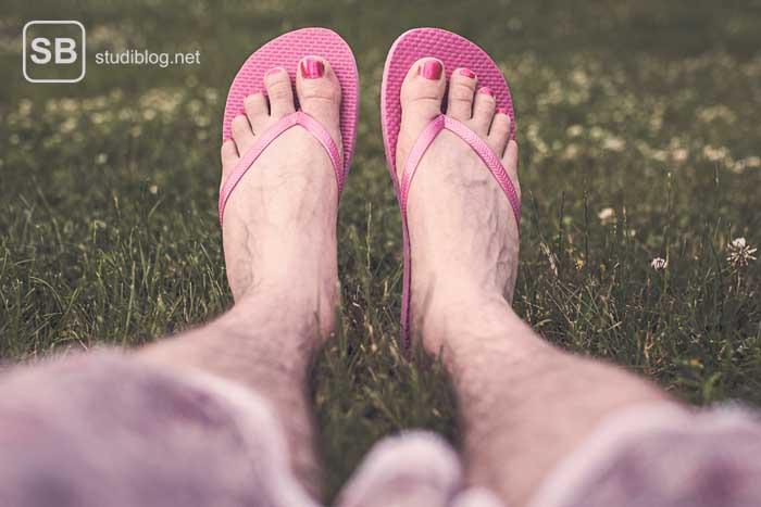 Pinke Flip-Flops als Beispiel für geschlechtsspezifische Produkte