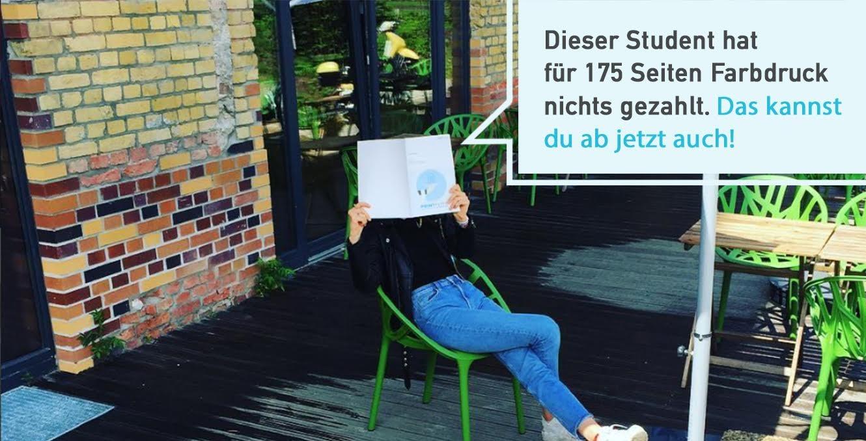 Frau lest auf einem Stuhl ihr Skript - mit Printpeter dein Skript kostenlos drucken.