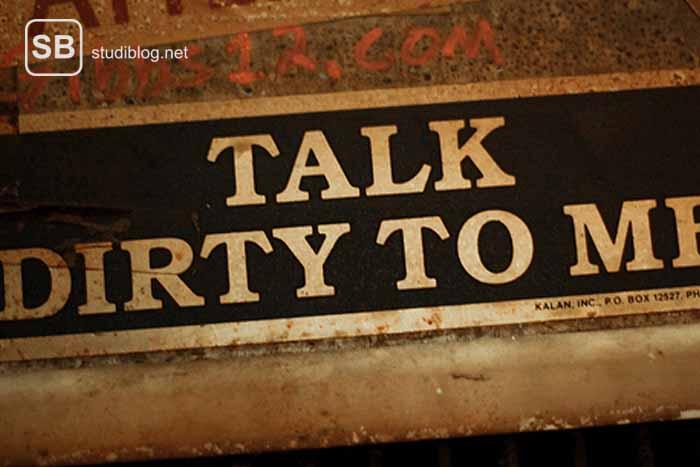 """Ein Schild mit der Aufschrift """"Talk dirty to me"""" zum Thema Verantwortung in sexueller Hinsicht"""