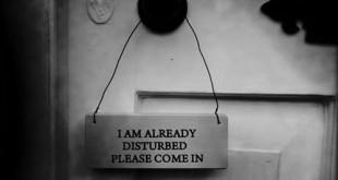 """Knigge Leitfaden - wie aus Knaben Männer werden könnten - Bild zeigt Türknauf mit Schild """"im already disturbed, please come in"""""""