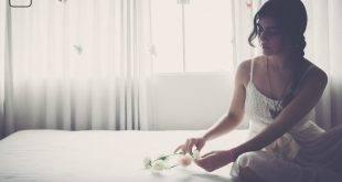 Eine Frau auf dem Bett sitzend - Bild zum Artikel die nackte Wahrheit über einen Langzeit-Single der in der Beziehung pupst