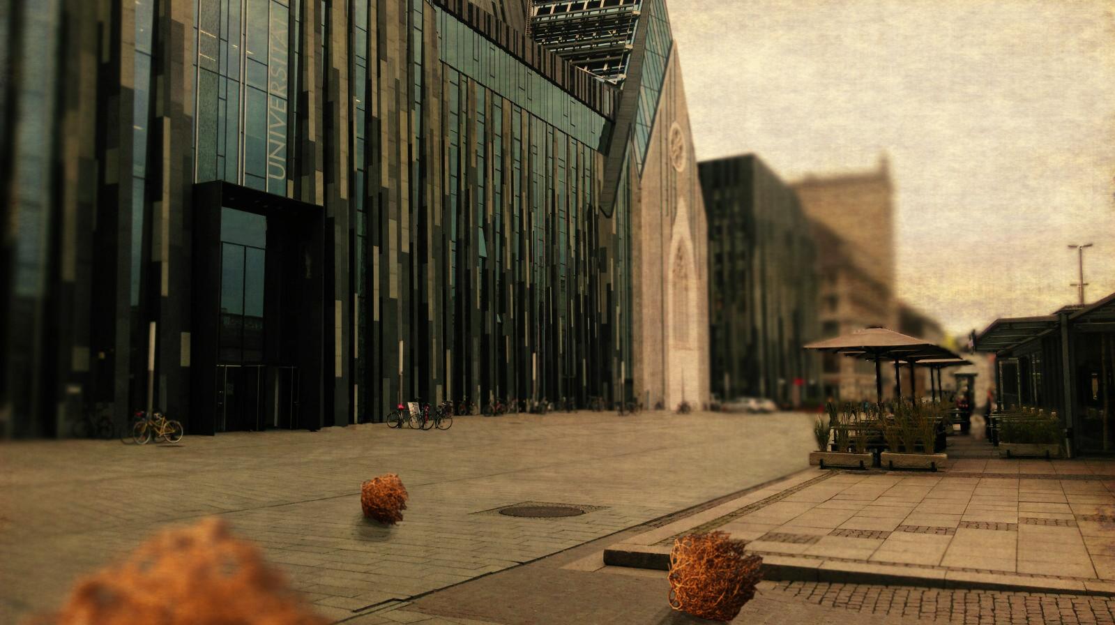 Vor einem Universitätsgebäude rollen die typischen Tumbleweeds, um die Einsamkeit an der Uni zu verdeutlichen.