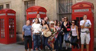 Eine Klasse vor den typischen roten Telefonzellen in England auf ihrer Sprachreise - Eine Fremdsprache lernen