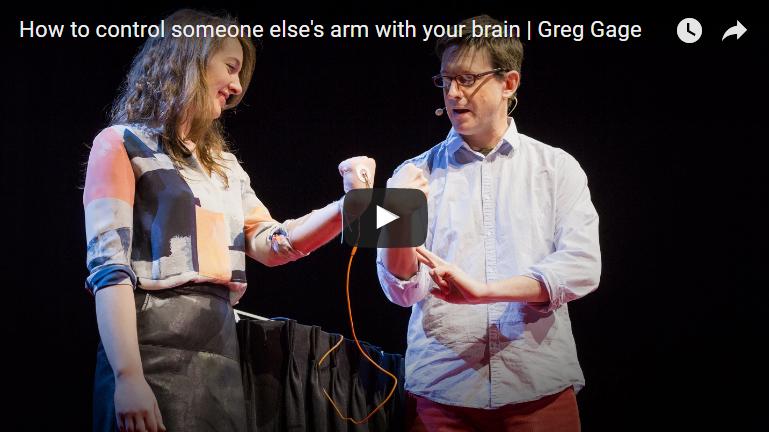 Gehirn des einen kontrolliert Arm des anderen