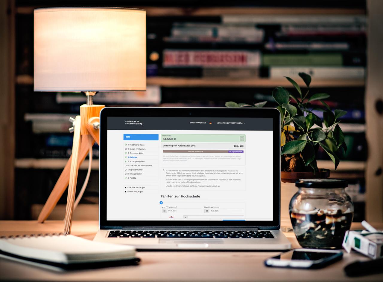 Laptop mit geöffneter Website mir deren Hilfe man Studienkosten zurückholen kann.